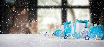 Blu e regali e bagattelle di natale bianco sulla rappresentazione della neve 3D Immagini Stock Libere da Diritti