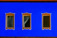 Blu esteriore con tre finestre Fotografie Stock