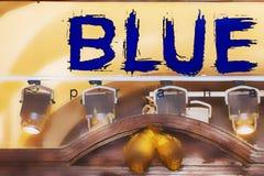 Blu firmi dentro la finestra con le luci Immagini Stock