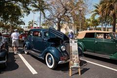 Blu Ford Model 1936 68 Tudor Deluxe al Car Show classico del trentaduesimo deposito annuale di Napoli immagine stock