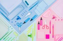 Blu, rosa, raccolta della cancelleria dell'ufficio di colore della menta su fondo di carta multicolore pastello molle, vista supe Immagine Stock