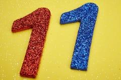 Blu rosso di numero undici sopra un fondo giallo anniversario illustrazione di stock