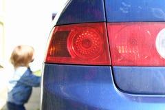 Blu sinistro posteriore di ottica della lanterna dell'automobile su rosso Fotografia Stock Libera da Diritti