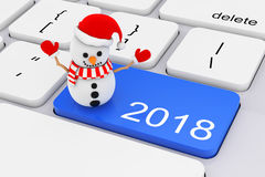 Blu una chiave di 2018 nuovi anni con il pupazzo di neve sulla tastiera bianca del PC 3d ren Fotografie Stock Libere da Diritti