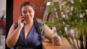 Blubber καυκάσιο πρότυπο που μιλά πέρα από το τηλέφωνο και που απαντά με τις ευτυχείς συγκινήσεις και τον καφέ κατανάλωσης φιλμ μικρού μήκους