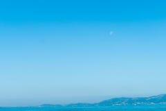 blue över havsskyen Berg moon Royaltyfria Foton