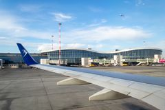 Blue Air nivå på jordningen på Henri Coanda International Airport som förbereder sig för avvikelse fotografering för bildbyråer