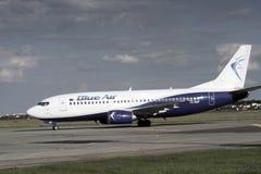 Blue Air que taxiing após a aterrissagem Imagem de Stock Royalty Free