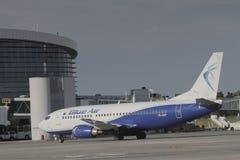 Blue Air que taxiing após a aterrissagem Fotos de Stock