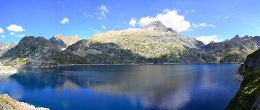 Blue Body of Water With Green Mountain As Background during Daytime Royalty Free Stock Images