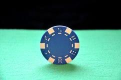 Blue Chip que equilibra en el borde Fotos de archivo