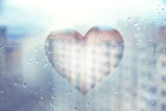 Free Blue Heart Painted On Glass Wet Window In City Stock Photography - 132590442