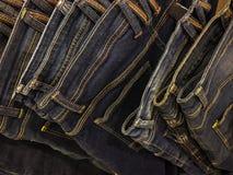 Blue jeans appese in un negozio Fotografie Stock