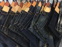 Blue jeans appese in un negozio Immagini Stock Libere da Diritti
