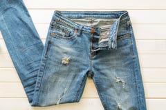 Blue Jeans auf Holz Stockfotos