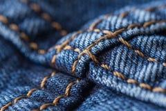 Blue jeans con la cucitura gialla fotografie stock