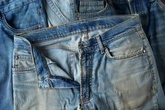 Blue Jeans-Details im Vordergrund stockbilder