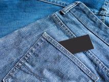 Blue Jeans führen mit leerem Aufklebertag einzeln auf Lizenzfreies Stockfoto