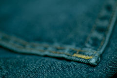 Blue Jeans genäht mit weißem Thread stockfoto