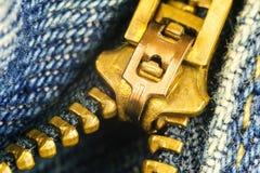 Blue Jeans, Goldreißverschlussfliege, Makrobild Lizenzfreie Stockfotografie