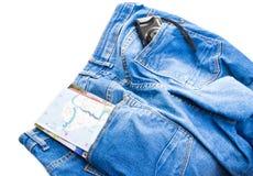 Blue Jeans mit einem Buchstaben und einer Kamera in den Taschen Stockfotos