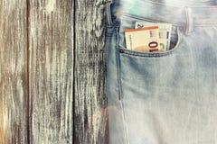 Blue Jeans mit Geld in der Tasche Stockfotos