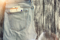 Blue Jeans mit Geld in der Tasche Lizenzfreie Stockfotografie