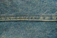 Blue Jeans mit Naht, Denimbeschaffenheitshintergrund, Abschluss oben Lizenzfreies Stockfoto