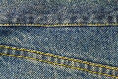 Blue Jeans mit Naht, Denimbeschaffenheitshintergrund, Abschluss oben Lizenzfreies Stockbild