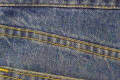 Blue Jeans mit Naht, Denimbeschaffenheitshintergrund, Abschluss oben Stockfoto
