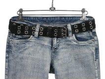 Blue Jeans mit schwarzem ledernem Gurt lizenzfreie stockfotografie