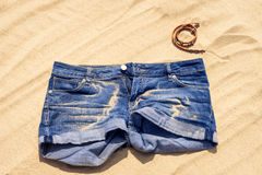 Blue Jeans schließen auf Sand kurz Stockbild