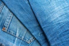 Blue Jeans-Stapel Baumwollgewebe eines Jeansdetails lizenzfreies stockbild