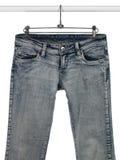Blue jeans su un asta dell'armadio Immagini Stock Libere da Diritti