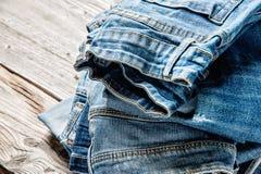 Blue jeans sul fondo di legno di Brown Immagini Stock Libere da Diritti