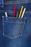 Blue Jeans-Tasche voll Stifte und Bleistifte Stockbild