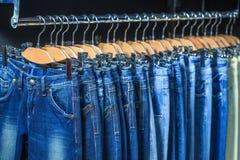 Blue jeans in un negozio immagine stock