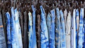 Blue jeans in un negozio Fotografie Stock Libere da Diritti