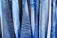 Blue jeans in un negozio Fotografia Stock