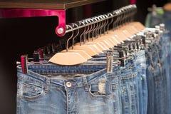Blue jeans in un negozio Immagine Stock Libera da Diritti