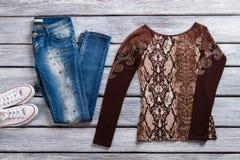 Blue Jeans und braune Spitze Lizenzfreie Stockfotografie