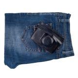 Blue Jeans und eine alte Kamera lokalisiert auf weißem Hintergrund Stockfotografie