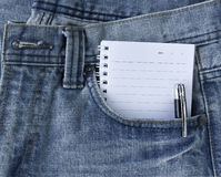 Blue Jeans und Notizblock Stockfotos