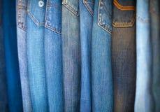 Blue jeans in varie tonalità del blu, sistemate su esposizione Fotografie Stock Libere da Diritti