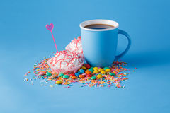 Blue mug with meringue sweet Stock Photography