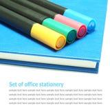 Blue Noten-Buch, Molkereibuch mit den Farbmarkierungsstiften lokalisiert stockfotos