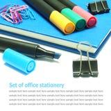 Blue Noten-Buch, Molkereibuch mit den Farbmarkierungsstiften lokalisiert lizenzfreie stockfotografie