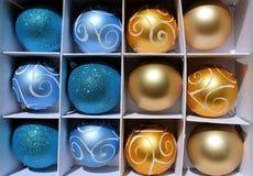 Blue- och guldjulbaubles Arkivbild