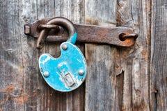 Free Blue Old Rusty Unlocked Padlock On Wooden Door Royalty Free Stock Photos - 157976638