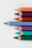 Blue pencil che sta fuori da una fila delle matite colorate Fotografie Stock